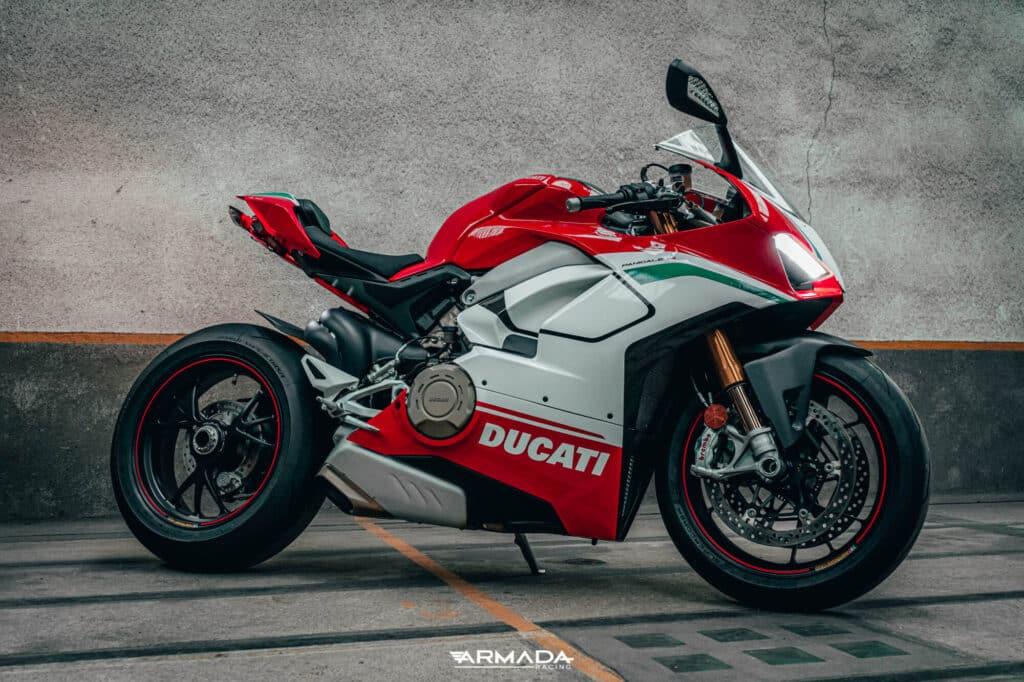 Kit déco personnalisé sur une Ducati Panigale V4 chez Aramda Racing
