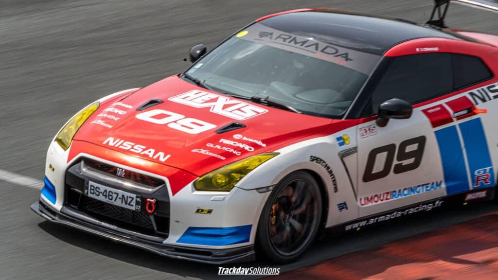 Covering chrome rouge et bleu sur une Nissan GTR par Armada Racing